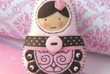 matryoshkas-love the embroidery on the felt, bead work, polka dot ribbon, little flower in her hair Fabric Crafts, Sewing Crafts, Sewing Projects, Vintage Embroidery, Embroidery Patterns, Matryoshka Doll, Felt Christmas Ornaments, Felt Brooch, Paperclay