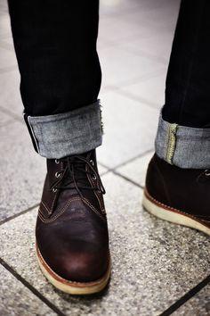 Umgeschlagene Jeans und coole Schuhe