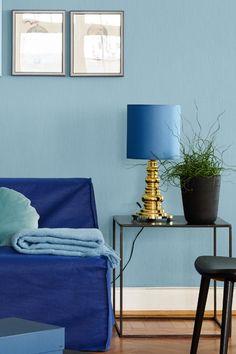 En sval og mild blå nyanse som gir rommet en fredfull atmosfære. Den har et hint av grått i seg. Fargen passer godt til soverom og stue. #sval#mild#blå#blue#gull#gold#bordlampe#sidebord#sofa#krakk#sort#potte#plante#bilder#maling#painting#stue#livingroom#soverom#bedroom#bad#bathroom#inspirasjon#inspiration#detaljer#tips#toniton#fargekart#Fargerike Ikea, Table Lamp, Lighting, Home Decor, Table Lamps, Decoration Home, Ikea Co, Room Decor, Lights