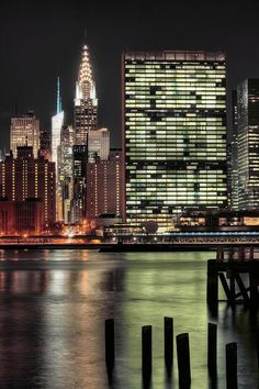 Chrysler Building y la sede de Naciones Unidas de noche #EastRiver desde #Brookly