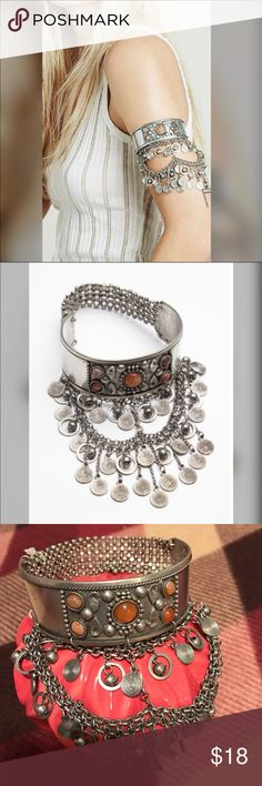 🆕 Free People Upper Arm band NWT 🆕 Free People Upper Arm band NWT Silver color with Amber color stones. The back of the armband is streaky. Free People Jewelry Bracelets