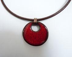 ras du cou en cuir avec un pendentif rond en céramique émail rouge : Collier par tendance-slave