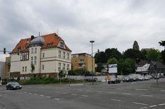 Bergisch Gladbach - Bensberg: Ein Geschäftshaus mit viel Glas soll an der Schlossstraße entstehen. #gl1 - Ende Juli beginnen die Bauarbeiten, im Frühjahr 2014 sollen sie abgeschlossen werden. Dann gibt es Platz für ein Geschäft, Praxen und Büros.