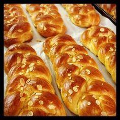 tsourekia want to try it to make it low carb Greek Sweets, Greek Desserts, Greek Recipes, Vegan Desserts, Wine Recipes, Dessert Recipes, Cooking Recipes, Vegan Food, Greek Cake