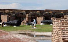 In der Mündung des Naturhafens von Charleston zum Atlantik hin liegt Fort Sumter. Am 12. April 1861 begann mit der Beschießung des Forts durch Südstaatensoldaten der US-Bürgerkrieg. Heute führen Nationalpark-Ranger über die kleine Insel, die von Charleston aus per Ausflugsboot leicht erreichbar ist. Foto: dpa