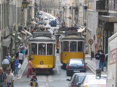 Tramwaje w Lizbonie. O ile chłopcy w Polsce marzą, żeby zostać strażakiem, albo pilotem, to w Portugalii chcą być motorniczym tramwaju. Widok podjeżdżającego na przystanek starego tramwaju jest tu na co czwartej pocztówce w kiosku. Fot. radio RMF FM