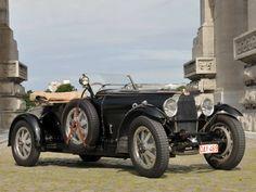 Bugatti Type 43  Leopold III had een voorliefde voor mooie auto's. Voor deze Bugatti Type 43 bijvoorbeeld, een model dat rechtstreeks uit de autosport was afgeleid. De 2,3 liter grote achtcilinder produceerde 120 pk. Eind jaren 20 was dit specifieke vermogen ongezien. Daarom kocht de koning wellicht drie exemplaren van hetzelfde model…