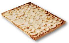 Tarta de manzana con una base de hojaldre, relleno interiormente por crema pastelera y cubierto por una capa de manzana cortada en láminas.