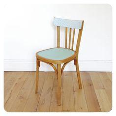 Un bel ensemble de 4 chaises bistrot Baumann, piétements bois massif dont les assises ont été repeintes dans des tons pastels. Les dossiers des chaises ont été revisités et plaqués d'adhésifs plastifiés mat aux motifs colorés de ma création. Des pièces vintage et originales qui apporteront beaucoup de gaité autour de votre table. Tous …