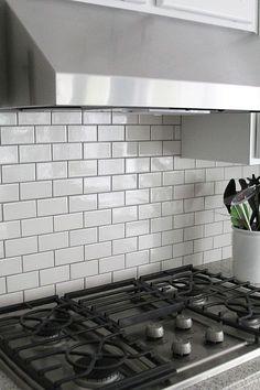 gray grout with white subway tiles helps keep the kitchen from being whitewashed kche backu bahn fliesen backsplashwei - Kche Backsplash Ubahn Fliesenmuster