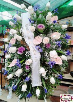 Ramo de defunción para colgar con rosas Vendela, iris  Blue magic, anthurium Lunette, brassicas Carmine, paniculata y verdes variados.