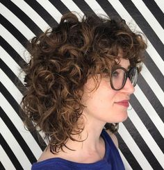 To make your curly bob unique stylists advise to experiment with finishes and textures, curl size and highlights. We've found great examples of curly bob hairstyles, that will really make you say 'wow'. Blonde Bangs, Curly Hair With Bangs, Curly Hair Cuts, Short Curly Hair, Curly Hair Styles, Natural Hair Styles, Curly Blonde, Mid Length Curly Hairstyles, Hairstyles With Bangs