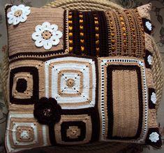 Descrição do produto : <br>* Almofada feita em croche (frente) <br>* Tecido tipo brim ( atrás ) <br>* Recheio antialérgico <br>* Feito com linha 100% algodão <br>* Disponível em outras cores <br>Fotos do produto com opção de cores ( valor unitário ) Crochet Cushion Pattern, Crochet Cushions, Crochet Stitches Patterns, Knitting Patterns Free, Stitch Patterns, Crochet Pillow, Crochet Granny, Brown Cushions, Pillow Covers