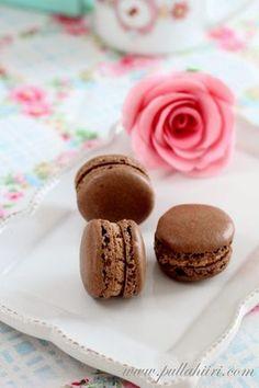 Pullahiiren leivontanurkka: Juhlaleivonnainen: Suklaa-kinuskimacarons / Chocolate-caramel macarons
