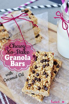 our new fave granola bar! Chewy No-Bake Granola Bars with Coconut Oil ~ quick and easy to make with all natural ingredients No Bake Granola Bars, Chewy Granola Bars, Homemade Granola Bars, Real Food Recipes, Snack Recipes, Dessert Recipes, Yummy Food, Bar Recipes, Coconut Oil Recipes Food