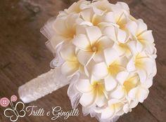 Bouquet in tessuto con fiori frangipani. Bride bouquet with white frangipani fabric flowers. #wedding
