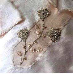 Hand Embroidery Design Patterns, Hand Embroidery Tutorial, Embroidery Suits Design, Embroidery Flowers Pattern, Embroidery Motifs, Creative Embroidery, Ribbon Embroidery, Embroidery On Kurtis, Couture Embroidery