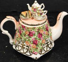 Beautiful Royal Albert Teapot Manufacturer/Markings: Royal Albert LTD