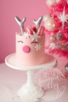 Pink Reindeer Cake Tutorial for Benefit Cosmetics by Juniper Cakery We've teamed up with Benefit Cosmetics UK to help get everyone in the holiday spirit with this gorgeous reindeer cake tutorial. Christmas Cake Designs, Christmas Cake Pops, Christmas Cake Decorations, Holiday Cakes, Christmas Desserts, Christmas Treats, Christmas Baking, Pink Christmas, Reindeer Cakes