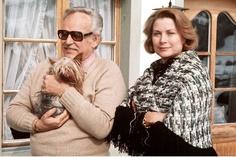 Complices, Grace et Rainier savourent le bonheur d'être ensemble, comme ici, en 1977, lors d'un séjour à Gstaad. Superstitieuse, la Princesse profite de ces escapades dans la station suisse pour faire des petits bouquets de branches de sapin, de rameaux de buis et de copeaux de bois peints sensés chasser les mauvais esprits...