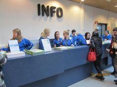 Infossa työskenteleviä opiskelijoita. Kuvassa toisena Jannika Muinonen, kolmannen vuoden opiskelija ja ensimmäisen vuoden opiskelija Kukka-Maaria Rämö kommentoivat että fiilikset ovat hyvät ja infossa on mennyt hyvin.
