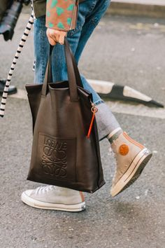 5 totes to buy now for work and play (le fashion) Fashion Bags, Trendy Fashion, Fashion Shoes, Style Fashion, My Bags, Purses And Bags, Estilo Jeans, Converse Style, New Bag
