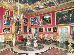 Palazzo Colonna is een van de oudste en grootste particuliere paleizen van Rome en herbergt de prachtige Galleria Colonna. In de veertiende eeuw startte de Colonna familie met de bouw ervan en acht eeuwen later verblijft de Romeinse familie er nog steeds. De bouw van de verschillende vleugels van het palazzo duurde maar liefst vijf eeuwen. Een ware parel van de Romeinse Barok! http://www.italieuitgelicht.nl/galleria-colonna-een-parel-van-de-romeinse-barok/