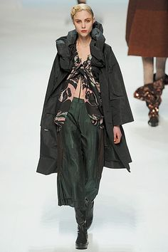 Photos of the runway show or presentation for Issey Miyake Fall 2010 RTW Shows in Paris. Guy Laroche, Issey Miyake, Givenchy, Rei Kawakubo, Japanese Sewing, Junya Watanabe, Haute Hippie, Western Outfits, Japanese Fashion