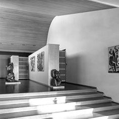 Le hall d'entrée de la maison Louis Carré présente un incroyable volume, où le plafond en pin de Finlande, prend la forme d'une vague. Une œuvre de Fernand Léger et de Henry Laurens, conçue comme une évocation à Alvar Aalto, dont le nom signifie « vague » en finlandais.
