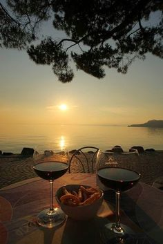 This is my favorite way to relax, a glass of great wine while watching a coastal sunset, aahhh. Art Du Vin, In Vino Veritas, Wine Time, Wine Cellar, Wine Country, Wine Tasting, Wine Recipes, Champagne, Beautiful Places