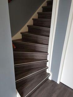 Een hele mooie pvc trap van de Viva floors met design strips