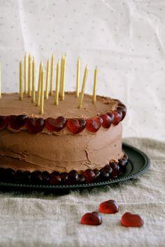 Sjokoladekake med sjokoladeglasur - pyntet til fest!