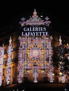 Galerías Lafayette, se viste de luz y color en Navidad, París.
