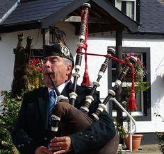 Der Dudelsack. Die Dudelsäcke.  Ein Schotte spielt den Dudelsack.