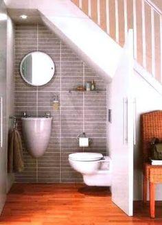 Toillete aprovechando espacio bajo escalera