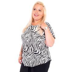 Hat das Zebra nun schwarze oder weiße Streifen? Aber wieso hat es überhaupt Streifen? Die dienen der Tarnung. In der Steppe können die Jäger durch die Gräser hindurch die Zebras weniger gut sehen, wenn diese mit ihrem so typischen Muster mit der Landschaft verschmelzen. Ganz schön clever von Mutter Natur. Doch, was bei den Zebras zur perfekten Tarnung führt, sorgt bei uns Menschen für Aufsehen. Dieses tolle Plussize Shirt mit Zebra-Optik hat einen zarten Rundhalsausschnitt. Plus Size Shirts, Zebras, Women, Fashion, Mother Nature, Stripes, People, Landscape, Amazing