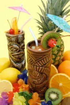Completa la decoración de tu fiesta temática hawaiana con este tip. Utiliza comida y fruta para crear una mesa de colores exóticos. #fiesta #hawaiana