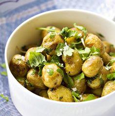 Keitetyt, kuumat uudet perunat saavat ylleen sitrusöljyn ja persiljasilppua. / Boiled erlies with citrus oil and parsley.