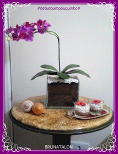 Arranjo artificial, em cima de uma mesa com o tampo de madeira feito a técnica de pintura marmorizada ♥