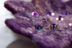 Malá večerní Květ se bude báječně vyjímat na saku, kabelce, kabátu, plesových šatech, ve vlasech... Vzít si ho můžete do divadla, na večírek, nebo jen tak pro radost. Květinová brož je uplstěná mokrou technikou z průmyslově barveného rouna tmavěfialové barvy. Zdobená je zaplstěnou přízí v odstínech světle fialové, světle meruňkové, světle modré (příze je ...