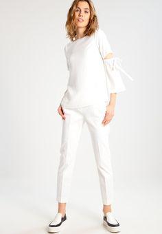 ¡Consigue este tipo de pantalón básico de Max&co. ahora! Haz clic para ver los detalles. Envíos gratis a toda España. MAX&Co. PENELOPE Pantalón de tela white: MAX&Co. PENELOPE Pantalón de tela white Ofertas   | Material exterior: 53% algodón, 44% poliéster, 3% elastano | Ofertas ¡Haz tu pedido   y disfruta de gastos de enví-o gratuitos! (pantalón básico, basic, basico, basica, básico, basicos, casual, clasica, clasicas, clásicas, clásicos, clásica, básicas, básica, basic ho...