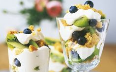 Hedelmäjälkiruoka annosmaljoissa Lassi, Dessert Recipes, Desserts, Kiwi, Panna Cotta, Pudding, Cooking, Ethnic Recipes, Party