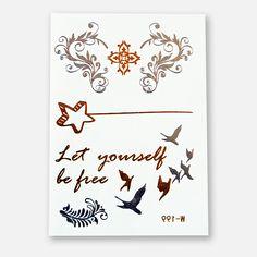 Das Metallic Tattoo 199 mit einem Stern mit Linie in Gold. Dem Spruch «Let yourself be free» in Gold. Einem Vogelschwarm in Gold und Silber und 4 Blumenelementen in Silber und Gold. Das Blatt im Format 102 x 72 mm enthält 7 Sujets.