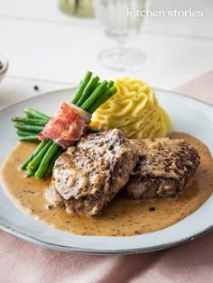 Classic steak au poivre (French pepper steak) with mashed potatoes and green bean bundles Easy Romantic Dinner, Romantic Dinner Recipes, Steak And Mashed Potatoes, Cheesy Potatoes, Baked Potatoes, French Steak, French Fries, Easy Chicken Recipes, Seafood Recipes