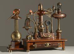 Burton J. Sears était un enseignant du Savannah College of Art and Design et monteur pour le cinéma, à sa mort en 2014 il a laissé derrière lui 11 machines pour la plupart inopérantes et aux fonctions mystérieuses mais qui possèdent toutes une magnifique allure résolument steampunk. Il prétendait que les machines avaient été inventées …