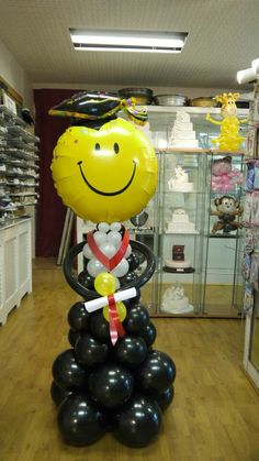 Nice: the big yellow smiley face. :blush: - Decoration For Home Graduation Party Themes, Graduation Balloons, Graduation Celebration, Graduation Decorations, Grad Parties, Balloon Columns, Balloon Arch, Balloon Centerpieces, Balloon Decorations