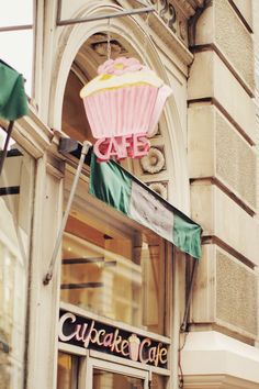 cupcake cafe: love the sign