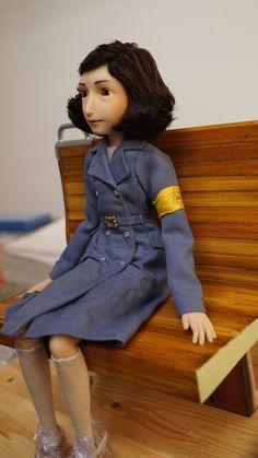 O que eu preciso fazer para ter essa bonequinha da Anne Frank usada no novo projeto de animação do Ari Folman?