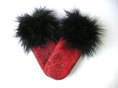 Mitaine rouge, mitaine de laine, matériaux recyclés, laine recyclée, laine bouillie, mitaine fourrure, fourrure noire, made in Québec, écolo de la boutique CroqueMitaines sur Etsy Fur Slides, Slippers, Couture, Boutique, Sandals, Etsy, Fingerless Gloves, Stuff Stuff, Gifts