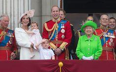 Princesa Charlotte é vista pela primeira vez no balcão do Palácio de Buckingham